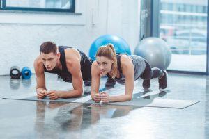 mageøvelser som planken styrker kjernen