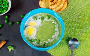 Brokkolisuppe med delt egg og solsikkefrø for en sunn og enkel middag.