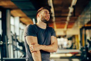 Mann med såre muskler