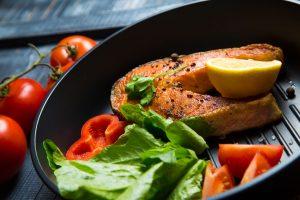 Laks stekt i stekepanne for en sunn og enkel middag.