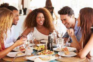 En vennegjeng som nyter et måltid på restaurant